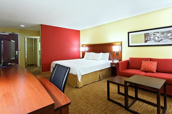 Courtyard by Marriott Houston Brookhollow: King Guest Room with Sofa Bed