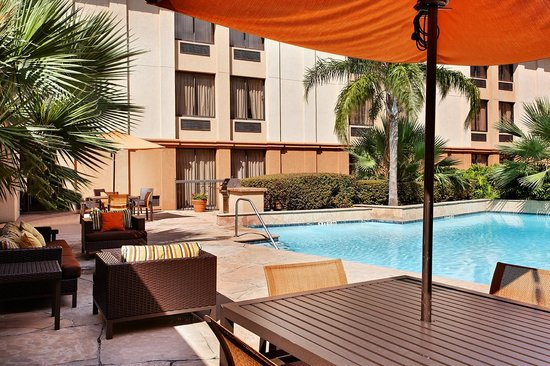 Courtyard by Marriott Houston Brookhollow: Outdoor Seating Area