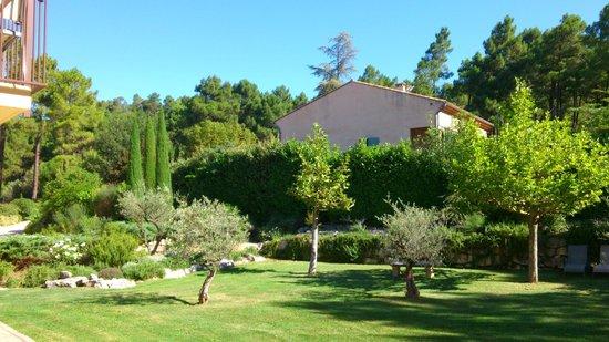 Hotel Les Sables d'Ocre : Vista sul giardino