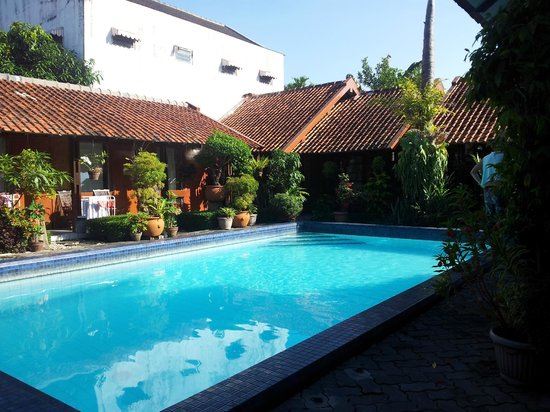 Delta Home Stay : Small Rooms surrounding the Pool Area