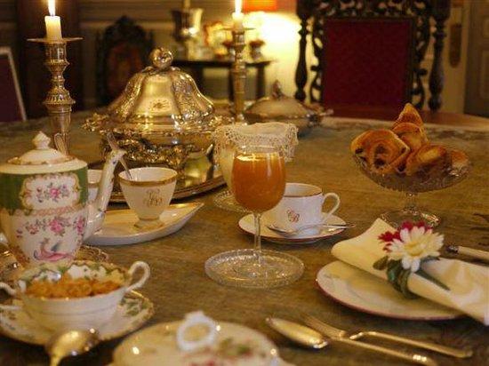 Petit déjeuner au Chateau de La Montchevalleraie, chambres d'hôtes en Anjou