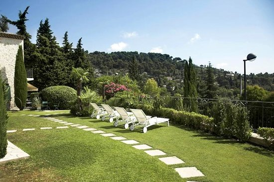 Hotel La Grande Bastide: Lawn and lounger area