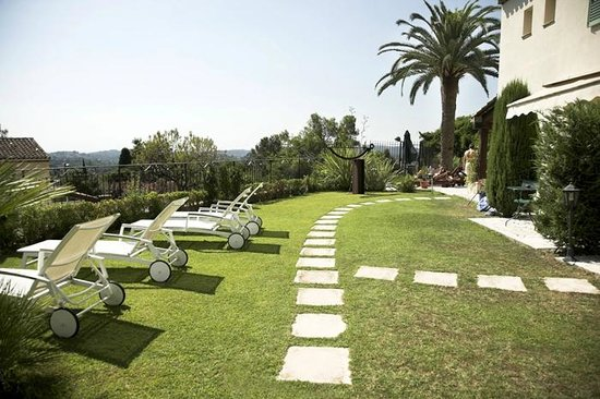 Hotel La Grande Bastide: Lawned area