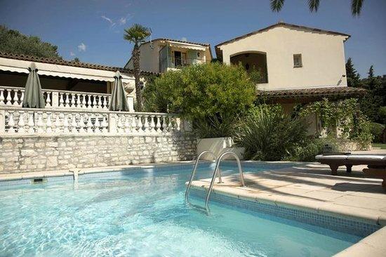 Hotel La Grande Bastide: Pool area (Room 15 is above the bush, blue shutters and balcony)