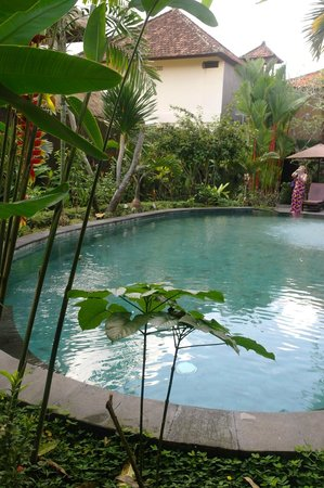 Tunjung Mas Bungalows: View of Restaurant over Pool