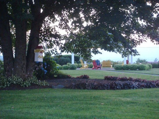 Annapolis Royal Inn: Flower Garden to Enjoy
