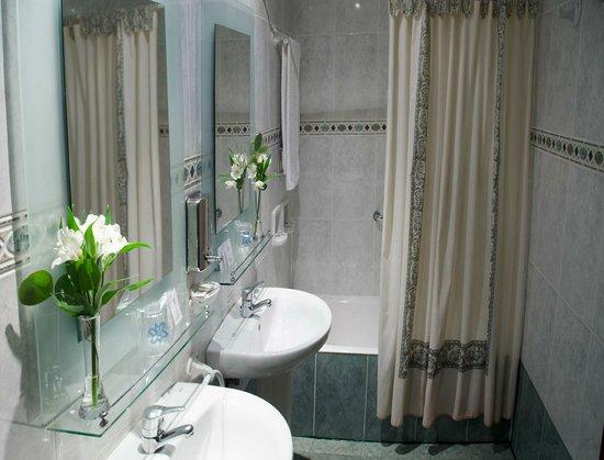 Praderon Hotel: baño
