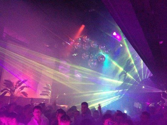Tito's: Danceflour переполнен