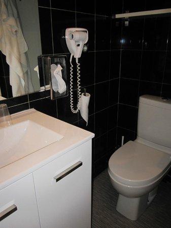 Best Western Plus l'Artist Hôtel : toilettes serrées ! (chambre 404)