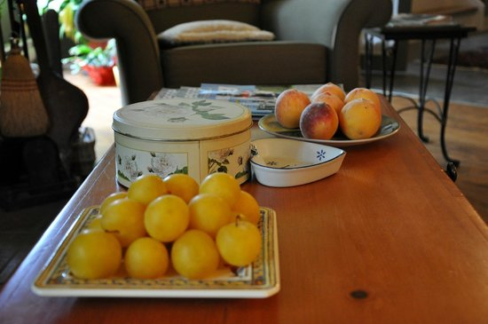 La Chaumiere de l' Anse: Fruit platters by the fireplace