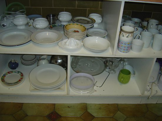 Ferry House Hostel: Crockery for guest use.