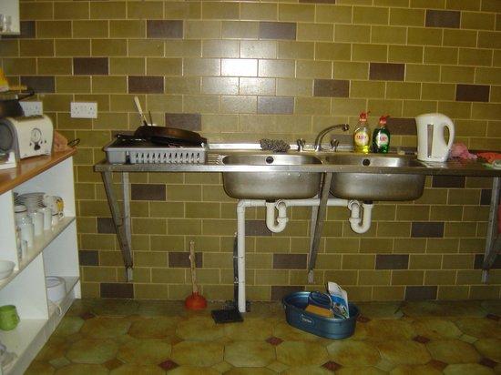 Ferry House Hostel: Guest use sink with open drain below.