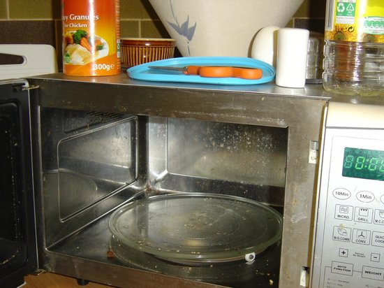 Ferry House Hostel: The microwave for guest use.