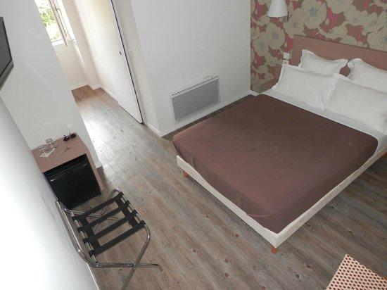 la confortable chambre avec douche italienne et mini bar photo de hotel chilhar espelette. Black Bedroom Furniture Sets. Home Design Ideas