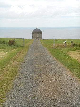 Mussenden Temple : view down to mussendun temple