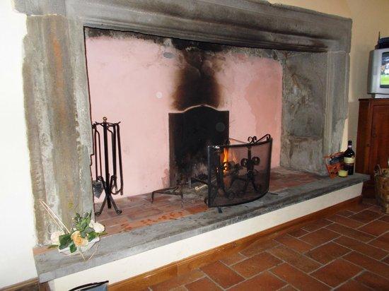 Holiday House Il Borgo dei Corsi: Il maestoso camino per la brace..