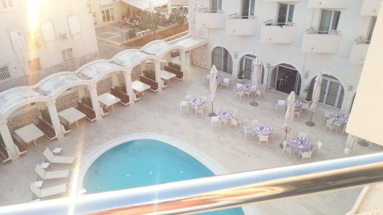 Hotel Korkyra: swimming pool from bedroom