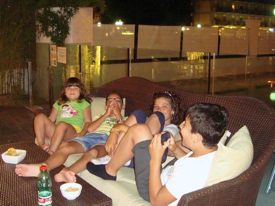 Hotel Acapulco : Divanetto nello spazio aperitivi/piscina