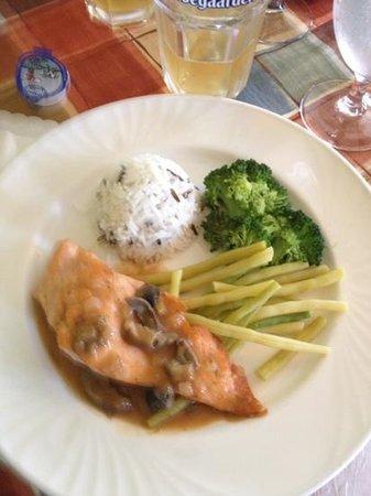 Maison Vinot: Saumon et sauce aux homard et cèpes.. délicieux