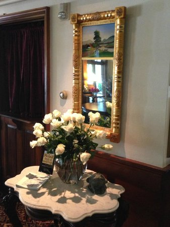 Captain Linnell House: Fresh roses and beautful decor