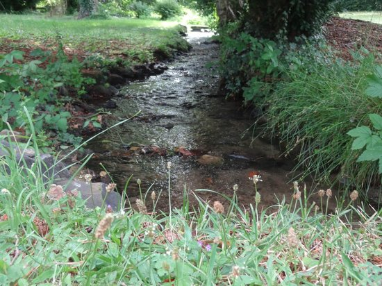 Malauzat, Frankreich: Le ruisseau qui traverse le parc