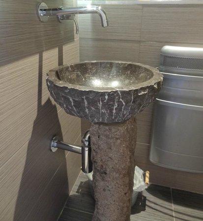 Le Moulin Des Poetes: Le lavabo en marbre sur pied en pierre de Volvic