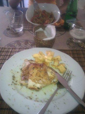 Sesamo Cafe Chai Restorante: Pollo con patatas