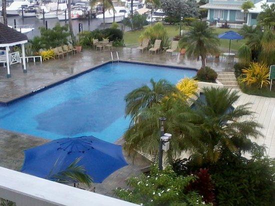 Crews Inn Hotel & Yachting Centre: Pool on a rainy day