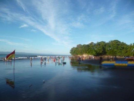 JavaCove Beach Hotel: Pantai depan JavaCove