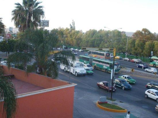 Fiesta Inn Leon: Vista del Hotel hacia la calle