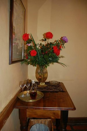 Oue Werf Guesthouse: Welcome drink upon arrival. Fresh flowers throughout the suite.