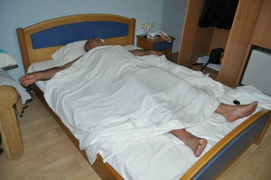 """Galaxidi, Griekenland: """"Extra long double bed"""" - the person in bed is 175 cm high!"""