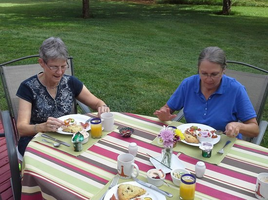 Castle Valley Inn: Breakfast on patio