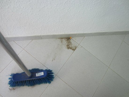 Globales Montemar Apartments: not cleaned, did my own sweeping up