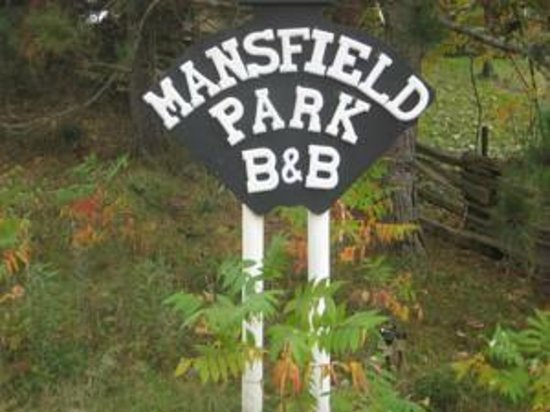 Mansfield Park Bed and Breakfast: Front sign at driveway
