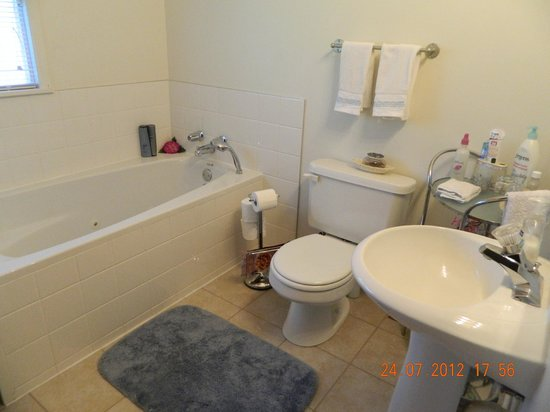 Mansfield Park Bed and Breakfast: King ensuite bathroom