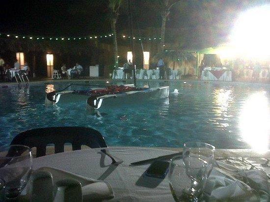 Viva Wyndham Tangerine: cenita en la piscina