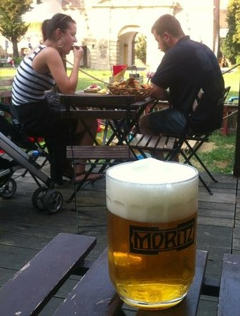 Moritz microbrewery : nice terrace with view on the Theresian gate