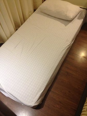 Hotel Cama: bad ?! or materass in the floor??