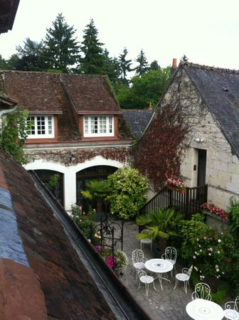 Auberge du Bon Laboureur: View of the courtyard out of the window of room 43