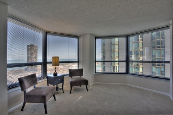 Manilow Suites At North Harbor Tower: Sitting area with a fantastic view