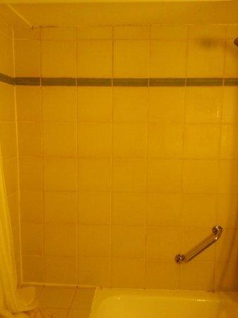 Campanile Woippy : trace de moisi sur les joints de la baignoire sabot