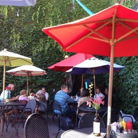 Sidetrack Bar & Grill: Ivy covered walls are the backdrop to the outside seating area.