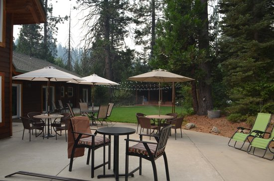 Arnold Black Bear Inn: Back patio is so peaceful and beautiful