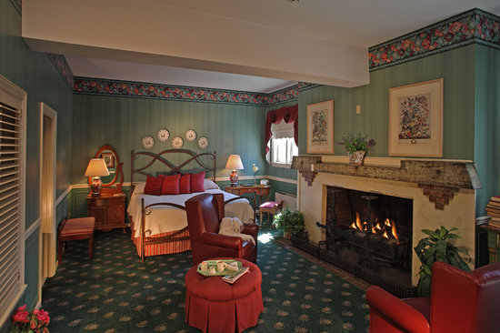 Inn of Chagrin Falls: Jacuzzi suites feature a king size bed, fireplace and Jacuzzi tubs