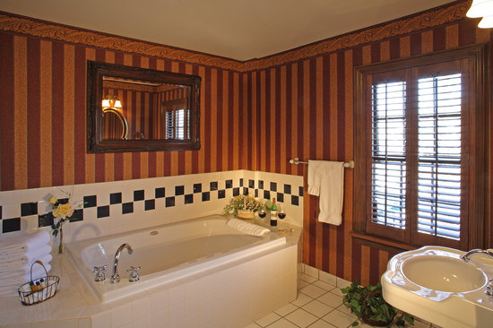 Inn of Chagrin Falls : Suites offer a Jacuzzi tub