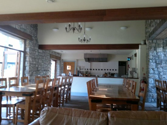 YHA LLangattock Mountain Bunkhouse: Bright open dining room