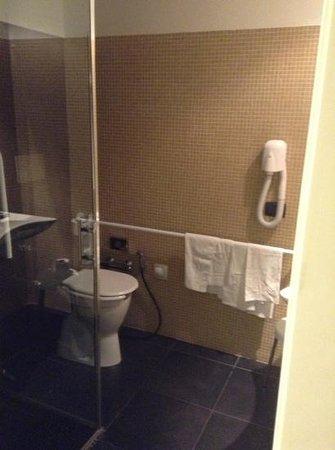 Monopole de la Gare: bathroomin superior room