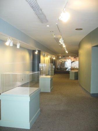 Independence Seaport Museum: EMPTY SHOW CASES