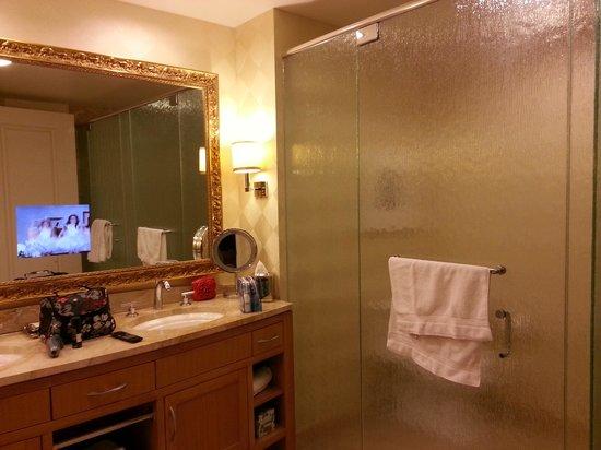 Tv Für Badezimmer, badezimmer mit dusche, wanne und tv - picture of trump international, Design ideen